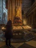 Skulptur mit beten Kerzen in der Freiburg-Münsterkathedrale Stockbild