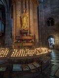 Skulptur mit beten Kerzen in der Freiburg-Münsterkathedrale Lizenzfreies Stockbild
