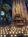 Skulptur mit beten Kerzen in der Freiburg-Münsterkathedrale Lizenzfreie Stockbilder