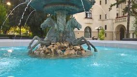 Skulptur mit Pferden, Steinen und fallendem Wasser lizenzfreies stockfoto
