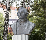 Skulptur N V Gogols stående i parkera Muzeon, brons royaltyfria foton