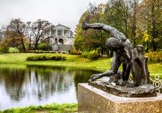 Skulptur och det Cameron gallerit i parkera av Tsarskoye Selo Arkivbild