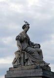Skulptur och fågel royaltyfri bild