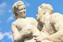 Skulptur på blå himmel arkivbilder