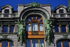 Skulptur på bokhus på den Nevskiy utsikten i St Petersburg Arkivfoto
