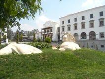 Skulptur på den främre gården royaltyfria bilder
