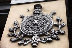 Skulptur på den gamla gula väggen Royaltyfri Foto