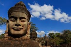 Skulptur på den södra porten av Angkor Thom Royaltyfri Foto