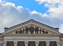 Skulptur på ett tak av en historisk byggnad Arkivfoto