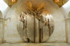 Skulptur på Moskvatunnelbanastationen Aviamotornaya (Icarus) royaltyfria foton