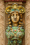 Skulptur på pelare på den Louisville slottteatern Arkivfoto