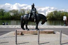 Skulptur-Reiter mit Marktschiff in Ruesselsheim Stockfotos