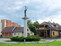 Skulptur - skytt i den Druskininkai staden, Litauen Arkivfoton