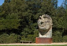 Skulptur Tindaro Screpolato durch Igor Mitoraj in Boboli-Gärten Stockfotografie