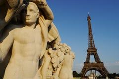 Skulptur und Eiffelturm lizenzfreie stockfotografie