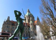 Skulptur und neues Rathaus in Hannover, Deutschland Lizenzfreies Stockbild