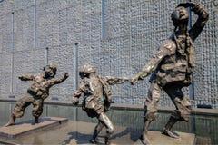 Skulptur undviker att bombardera av modern och barnet Royaltyfri Bild