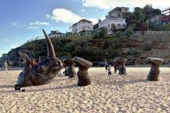Skulptur vid havet i Bondi Arkivbild