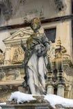 Skulptur vom 19. Jahrhundert und vom Teil der Architektur von Sinaia, Rumänien im Winter lizenzfreies stockbild