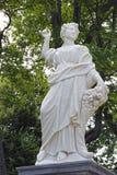 Skulptur von alten Frauen mit Blumen in St.-Haustier Stockfotos