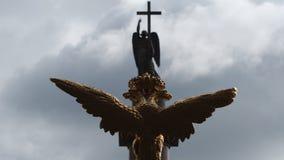 Skulptur von goldenem Zwei-köpfigem Eagle und von Engel mit einem Kreuz auf eine Oberseite von Alexander Column Lizenzfreies Stockbild