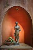 Skulptur von Lesedame Stockbild