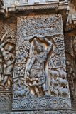 Skulptur von Lord Krishna als Govardhan Girdhari, Westseitenwand, Hoysaleshwara-Tempel, Halebidu, Karnataka lizenzfreie stockfotos