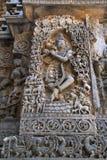 Skulptur von Lord Krishna als Muralidhar, das Flöte, Westseitenwand, Hoysaleshwara-Tempel, Halebidu, Karnataka spielt lizenzfreie stockfotos