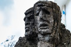 01-18-2018 - Skulptur von mamuthones, traditionelle Maske in Mamoiada-Karneval, Nuoro, Sardinien, Italien lizenzfreie stockfotos