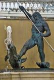 Skulptur von Neptun mit einem Delphin Stockbild