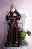 Skulptur von St. Leopold Mandic in der Kirche von St. Roch Stockfotografie
