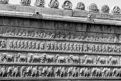 Skulptur-Wand aller vier bewaffneten Kräfte von altem Indien stockfoto