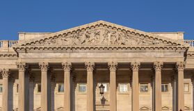 Skulptural fronton över ingången på Uen S Kapitoliumbyggnad royaltyfria foton