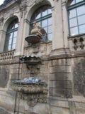 Skulptural garnering på fönstret i den kungliga slotten Zwinger, Dresden, Tyskland royaltyfria foton