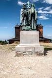 Skulptural grupp av sv Cyril och Metodej på den Radhost kullen i Beskids berg i Tjeckien Arkivfoto