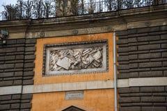 Skulptural panel i piazza del Popolo i Rome Italien Namnet i modern italienare betyder formligen fyrkanten för `-folk` s Royaltyfri Foto