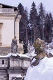 Skulptural sammansättning av det 19th århundradet och del av arkitekturen av Sinai, Rumänien i vintern royaltyfria foton