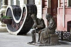 Skulptural sammans?ttning och dekorativ blommavas i mitten royaltyfria bilder
