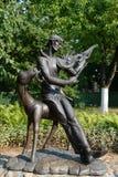 Skulptural sammansättnings`-Vitebsk melodi på den franska fiol`en, en monument till Mark Chagall i borggården av det minnes- huse Arkivfoto