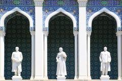 Skulpturala bilder av azerbajdzjanska författare på fasaden av museet av azerbajdzjansk litteratur fotografering för bildbyråer