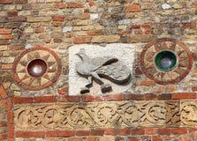 skulpturdetaljer på den Pomposa abbotsklosterfasaden i Italien Arkivbilder