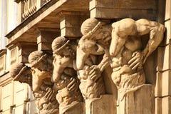 Skulpturen auf altem Gebäude Stockfotos