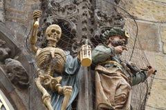 Skulpturen auf astronomischer Uhr Stockfoto
