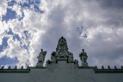 Skulpturen auf dem Dach Lizenzfreie Stockfotos