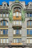 Skulpturen auf der Fassade des Sängers House, St Petersburg, Russ Stockfotos