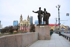 Skulpturen auf der grünen Brücke, die sowjetische Kunst darstellt Lizenzfreies Stockfoto