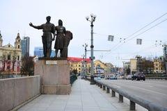 Skulpturen auf der grünen Brücke, die sowjetische Kunst darstellt Stockbilder