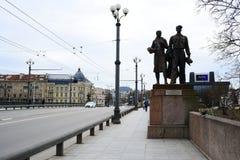Skulpturen auf der grünen Brücke, die sowjetische Kunst darstellt Stockfoto