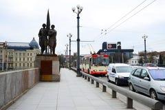 Skulpturen auf der grünen Brücke, die sowjetische Kunst darstellt Lizenzfreie Stockbilder