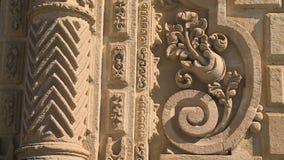 Skulpturen auf einem Gebäude stock video
